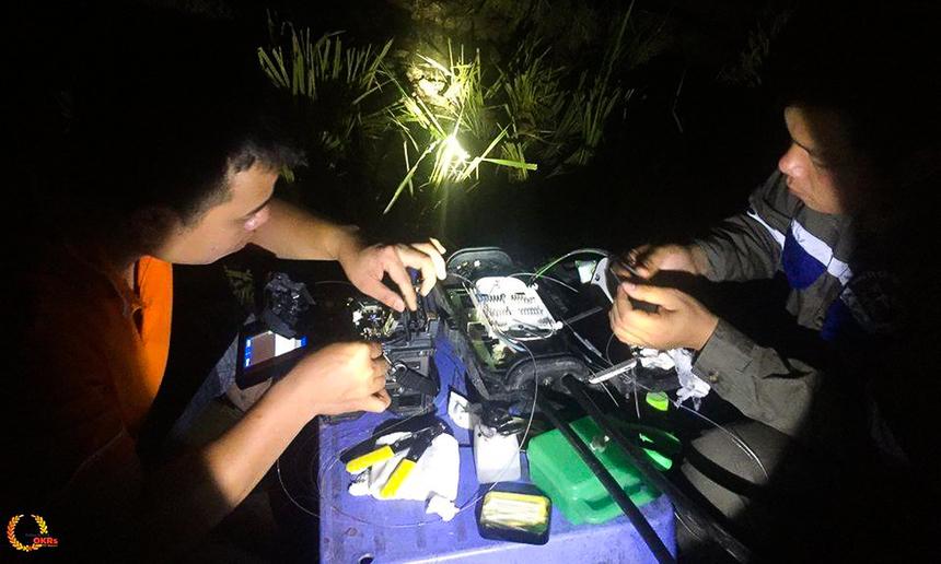 Những chiến binh thầm lặng chỉ làm việc về đêm để kết nối mạng cho các tỉnh thành Đông Bắc Bộ. Hình ảnh các kỹ thuật viên làm việc lúc 00h01 tại cánh đồng hoang dưới ruộng lúa Thái Bình.