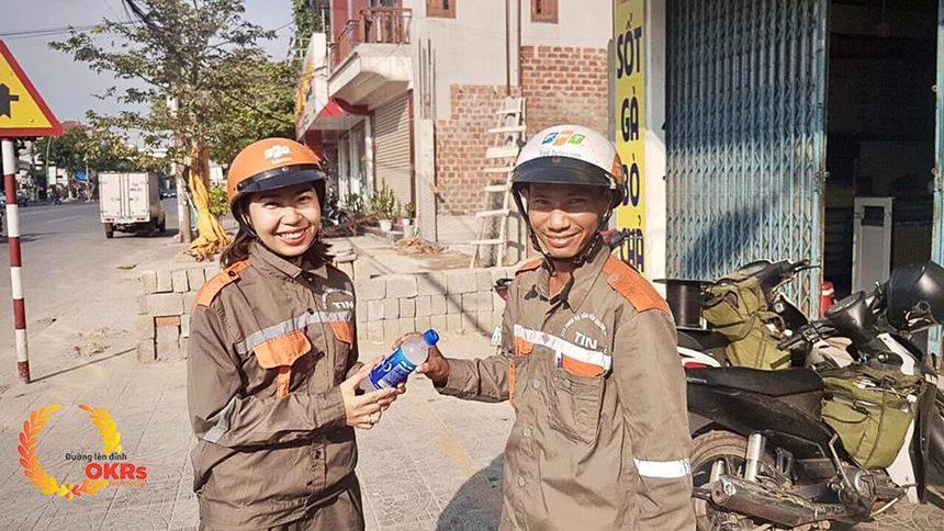 Tiếp nước mặt trận - chia sẻ yêu thương.Ảnh chụp vào lúc thời tiết nóng gió Lào ở Quảng Trị - 40 độ.
