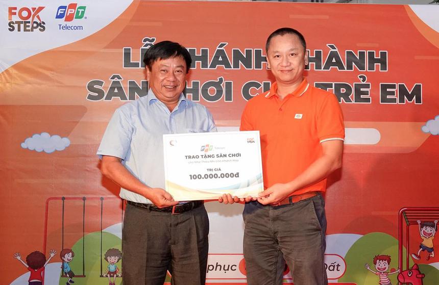 GĐ FPT Telecom Vùng 4 Nguyễn Thế Quang trao tặng bảng hiệu lưu niệm cho chính quyền địa phương. Ông Thái Quang Thành, Phó GĐNhà thiếu nhi Khánh Hoà, đánh giá cao công trình của FPT Telecom. Đây là một sản phẩm kiến tạo nên hệ sinh thái giải trí tinh thần trong khuôn viên nhà thiếu nhi.