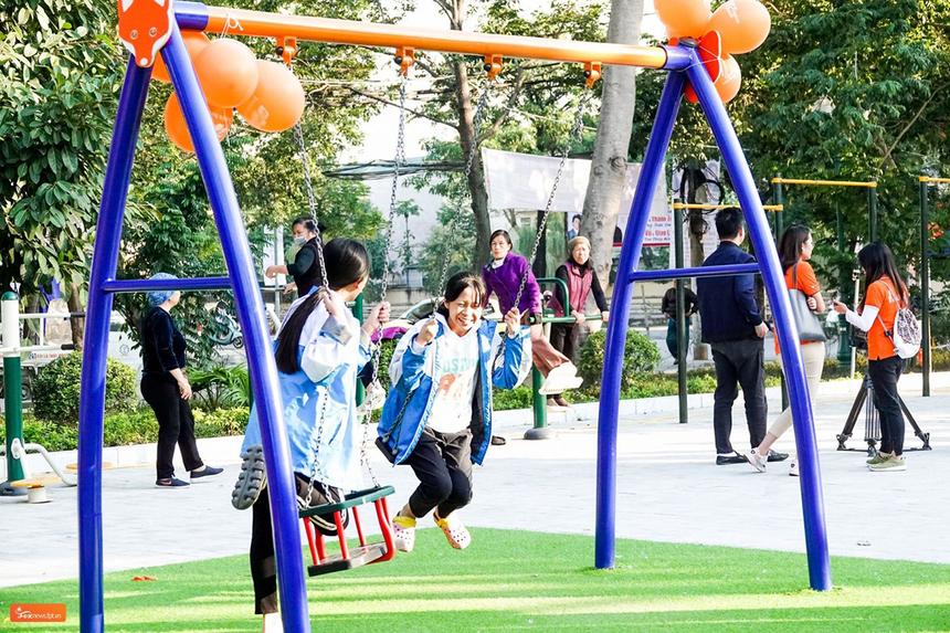 Sân chơi được xây dựng từ FoxSteps - chiến dịch của FPT Telecom nhằm mục đích lan toả những cảm hứng sống tích cực tới từng cán bộ, nhân viên đồng thời đồng hành cùng cộng đồng chung tay vì tuổi thơ trọn vẹn của trẻ em Việt Nam. Theo đó, 10.000 người thuộc công ty sẽ đi bộ liên tục trong vòng 31 ngày, nhằm chinh phục 13 vòng Trái đất - tương đương 520.000 km. Mục tiêu của chiến dịch FoxSteps là xây dựng sân chơi hoàn toàn miễn phí cho trẻ em trên các tỉnh thành cả nước với đầy đủ các trang thiết bị vui chơi tiện nghi. Mỗi km người FPT Telecom đi được sẽ được đóng góp vào quỹ xây dựng sân chơi.