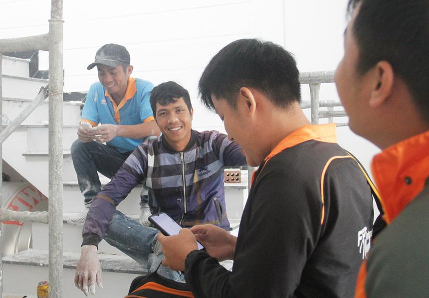 Tại các khu vực đi qua, nhân viên kinh doanh FPT Telecom đều không bỏ qua cơ hội nào có thể mang đến khách hàng. Khi đến đoạn có một gia đình đang xây, hai nhân viên lập tức tấp vào để xin số điện thoại chủ nhà và đội thợ xây.