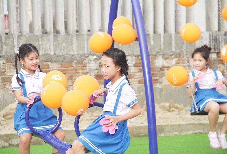 14h, nhiều em nhỏ đã có mặt để làm quentrải nghiệm khu vui chơi của FPT Telecom tại Khối Trảng Sỏi, phường Thanh Hà. Nụ cười và sự thỏa thích là điều dễ dàng nhìn thấy trên khuôn mặt các em học sinh.