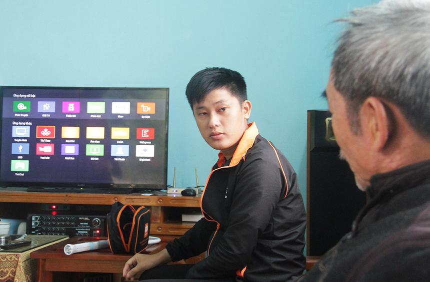 Tại nhà khách hàng Nguyễn Văn Minh, salesman Ngọc Duy tập trung tư vấn về công nghệ và tính năng vượt trội của Truyền hình FPT như giám sát trẻ em, phát sóng điện tử, tính năng xem lại hay karaoke...