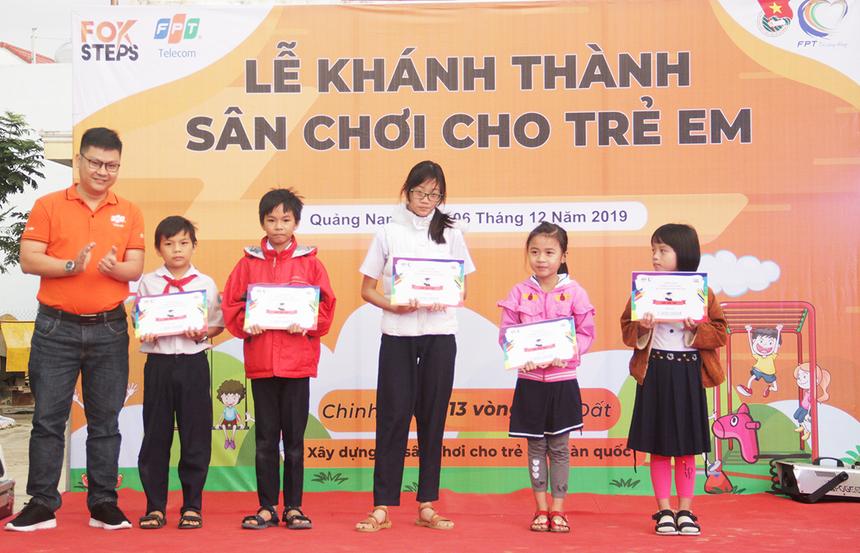 Bên cạnh sân chơi, FPT Telecom cũng trao 5 phần quà là Góc học tập cho các em học sinh có thành tích học tập xuất sắc tại địa phương. Những góc học tập sẽ được CBNV FPT Telecom Quảng Nam đến tận nhà để lắp ráp cho các em.