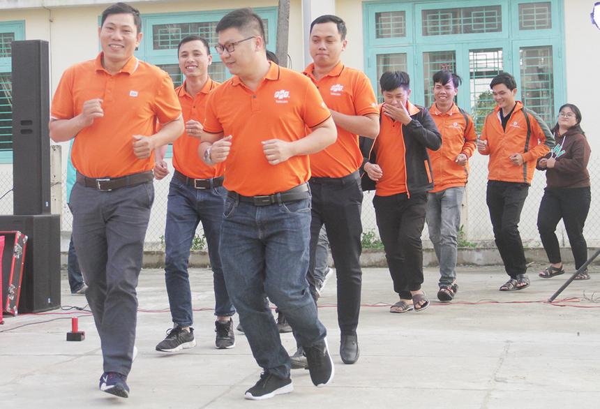 Để tăng thêm phần ý nghĩa và tri ân kết quả đạt được, người FPT Telecom tái hiện lại những bước chạy bộ FoxSteps. Chiến dịch của FPT Telecom nhằm mục đích lan toả những cảm hứng sống tích cực tới từng cán bộ, nhân viên đồng thời đồng hành cùng cộng đồng chung tay vì tuổi thơ trọn vẹn của trẻ em Việt Nam. Theo đó, 10.000 người thuộc công ty sẽ đi bộ liên tục trong vòng 31 ngày, nhằm chinh phục 13 vòng Trái đất - tương đương 520.000 km.