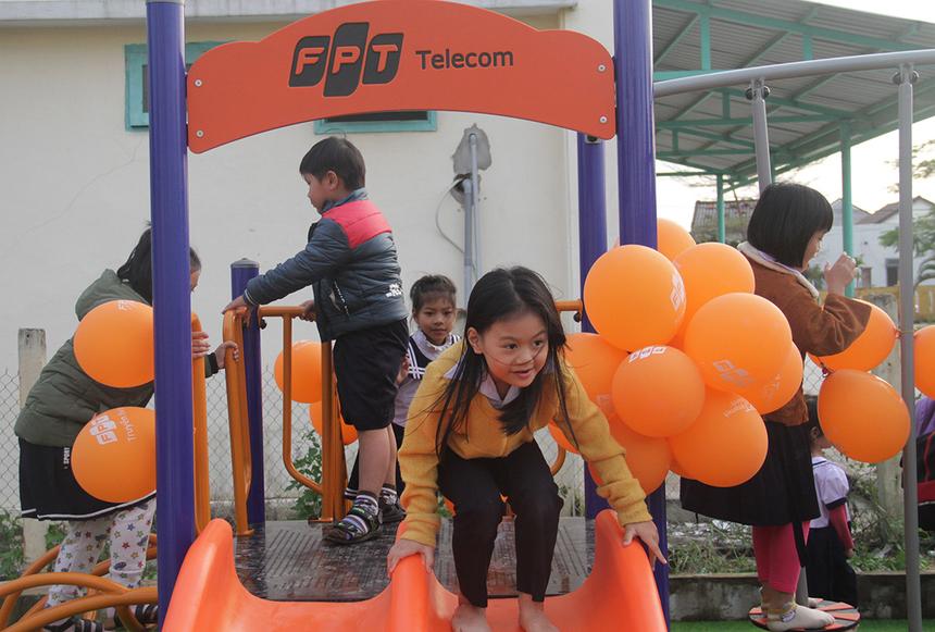 """Sân chơi nhanh chóng thu hút đông đảo các em học sinh tham gia. Em Trần Quang Minh, học sinh lớp 4, mong muốn cóđược sân chơi từ rất lâu nhưng có dịp trải nghiệm. """"Sân chơi mới, nhiều màu sắc và đẹp nên con rất thích"""", Minh chia sẻ."""