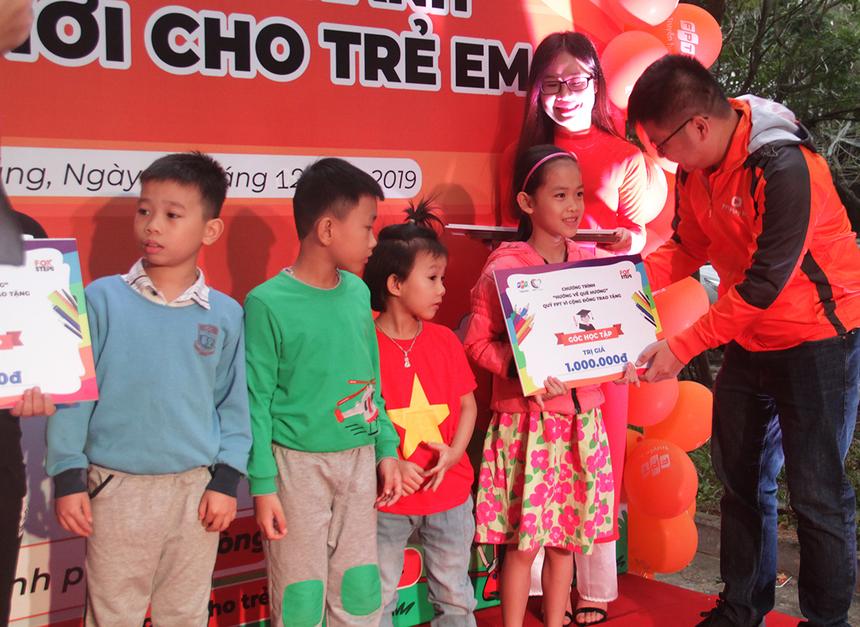 GĐ FPT Telecom Đà Nẵng - anh Nguyễn Đăng Duy hy vọng công trình giúp cho các em nhỏ ở đây được phát triển cả thể chất lẫn sức khỏe, trở thành công dân tích cực trong tương lai. Đại diện FPT còn tặng 5 Góc tập học cho trẻ em vượt khó học giỏi.