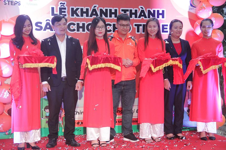 Đại diện FPT Telecom và chính quyền địa phương tham gia cắt băng khánh thành sân chơi cho trẻ em tại Đà Nẵng.