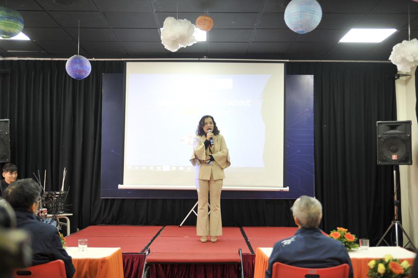 """""""Đây là năm đầu tiên Educamp được tổ chức tại trung tâm Hà Nội, và cũng vào một dịp đặc biệt - FPT Education kỷ niệm 20 năm thành lập. Trong tất cả các cấp thì Giáo dục Phổ thông là nơi chuyển mình chậm chạp nhất. Bởi vậy, ngày hôm nay, chúng tôi rất vinh dự được tiếp đón các vị khách mời và thầy cô tới tham dự sự kiện tại trường. Đây cũng là cơ hội để chúng tôi tiếp thu và thay đổi"""", Phạm Thị Khánh Ly - Hiệu trưởng Trường Tiểu học & THCS FPT Cầu Giấy - thay mặt đơn vị """"chủ nhà"""" phát biểu chào mừng."""