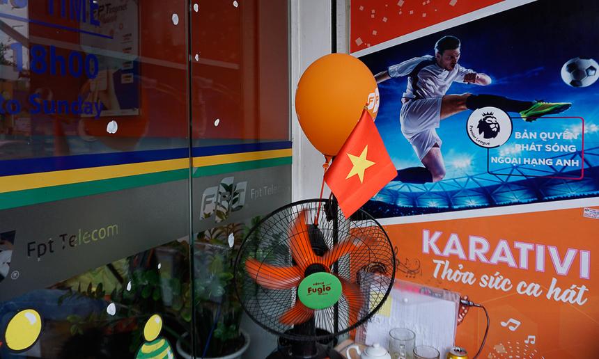 Lá cờ đỏ cùng bóng cam FPT còn được bác bảo vệ FPT Telecom quận Tân Bình - TP HCM cài vào chiếc quạt đặt trước cửa ra vào.