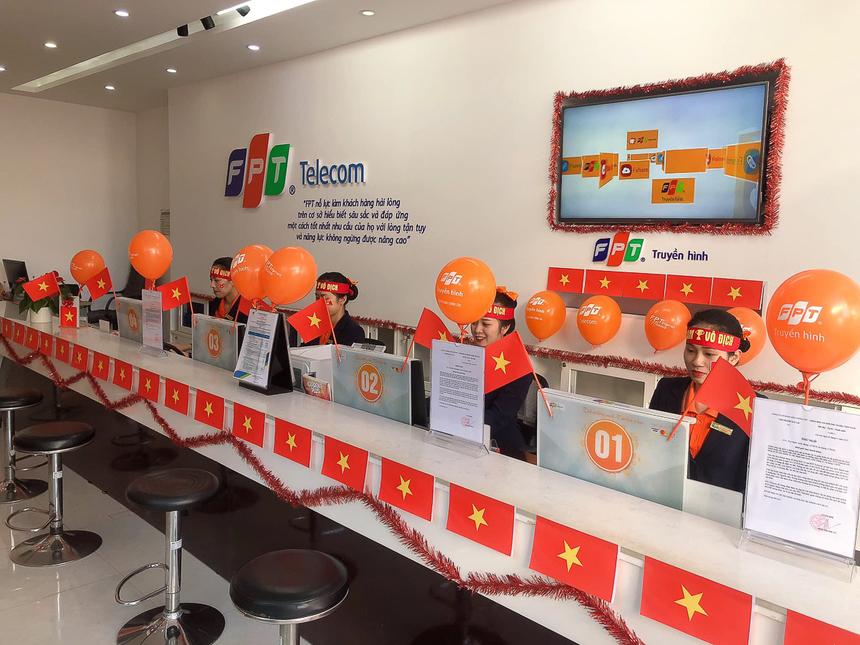 Sáng nay, Trung tâm chăm sóc Khách hàng (CS) của FPT Telecom Gia Lai đã cùng nhau dậytừ sớm để mua cờ và dụng cụ về trang trí. Mất khoảng 2 tiếng đồng hồ để chi nhánh hoàn thiện. Nhiều khách hàng khi lên quầy đều tỏ ra ngạc nhiên và ấn tượng với màu sắc cờ đỏ sao vàng,nhân viên Trung tâm Chăm sóc khách hàngNguyễn Thị Hồng Hạnh thông tin.Ảnh:ĐVCC.