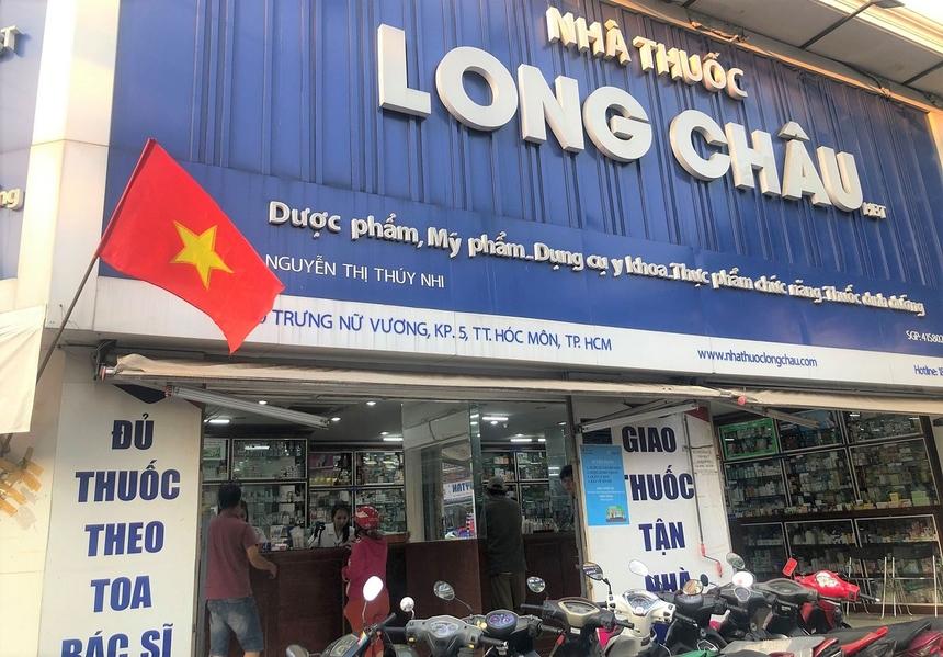 Bên cạnh FPT Shop, các nhà thuốc Long Châu thuộc FPT Retail cũng đã treo cờ Tổ quốc từ sáng sớm.