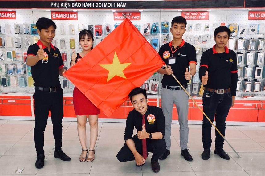 Các CBNV FPT Shop hân hoan chụp hình bên lá cờ Tổ quốc.