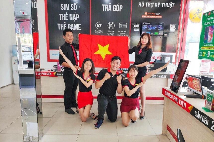 Sau khi giành chức vô địch ở AFF Cup 2018 và giờ là tấm huy chương vàng SEA Games, bóng đá Việt Nam đang dần thống trị khu vực Đông Nam Á. Người nhà Bán lẻ không giấu được niềm tự hào, phấn khởi khi SEA Games năm nay, cả bóng đá nam và nữ của nước nhà đều giành ngôi vô địch.