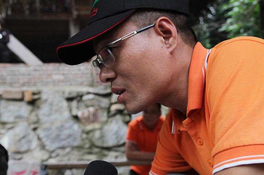 Anh Lại Văn Bình, chi nhánh Hà Nam, chăm chú nghiên cứu tiết mục văn nghệ. Anh đánh giá chủ đề tương đối khó nhưng hứa hẹn sẽ hấp dẫn và nhiều tiếng cười, bởi người FPT Telecom luôn biết cách tỏa sáng đúng lúc.