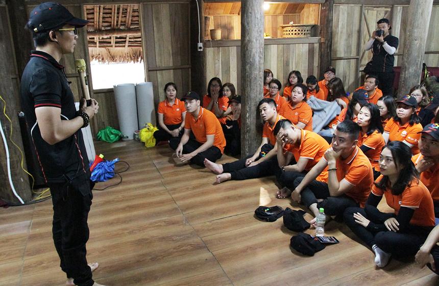 Sau phần thuyết trình về những chủ đề do Ban tổ chức yêu cầu trước đó, các thủ lĩnh phong trào được lắng nghe phần chia sẻ của anh Phan Phước Nhật, Trưởng phòng Văn hoá - Đoàn thể FPT Telecom. Trong đó anh chú trọng một số nội dung liên quan đến tố chất của người làm thủ lĩnh phong trào và định hướng tổ chức trong năm 2020.