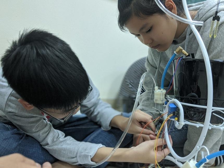 """Sau khi đã hoàn thành hệ mạch, các""""kỹ sư"""" nhí sẽ bắt đầu lắp ráp mạch và linh kiện vào khung giá để các chậu cây."""