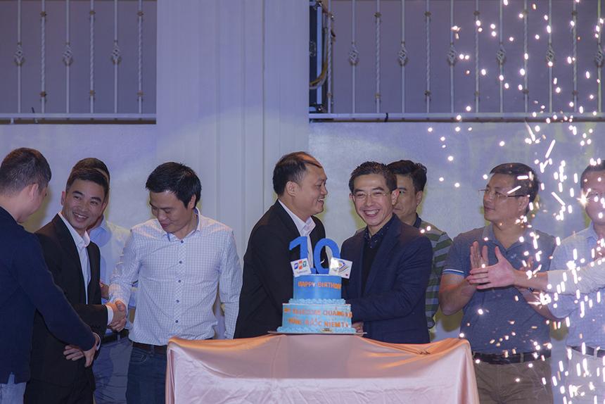 Nhắc về năm 2019, anh Cảnh cho biết, chi nhánh đã hoàn thành 8/9 mục tiêu trước thời hạn. Sau 10 năm phát triển, đơn vị luôn tập trung vào chất lượng sản phẩm, dịch vụ khách hàng, mở nhiều văn phòng mới. Hiện tại, chi nhánh đã có tất cả 8 văn phòng giao dịch, 2 điểm giao dịch và hơn 300 CBNV.
