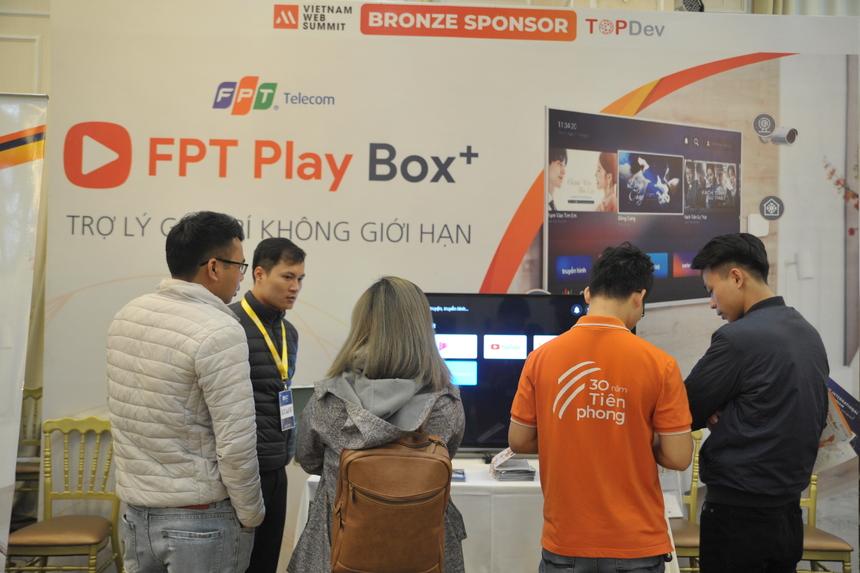 Sáng nay (ngày 13/12), sự kiện Vietnam Web Summit - Ngày hội công nghệ diễn ra tại toà CTM Palace (131 Nguyễn Phong Sắc, Cầu Giấy). Khuôn khổ sự kiện tập trung về Công nghệ Internet, xu hướng công nghệ và những bước chuyển công nghệ của thị trường Việt Nam. Đây là lần đầu tiên FPT Telecom tham dự sự kiện này. Tại khu vực triển lãm, Viễn thông FPT mang đến sản phẩm FPT Play Box+ với sự tích hợp của ứng dụng FPT Play Rogo.