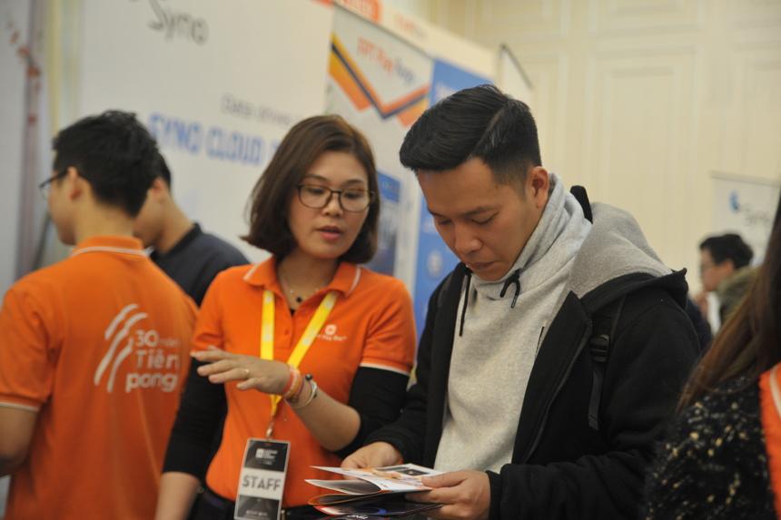 """Quan tâm đến những nền tảng công nghệ mới như AI, anh Nguyễn Việt Tú (bên phải) chủ doanh nghiệp chuyên thiết bị điện tử chia sẻ, đây là lần đầu tiên đến sự kiện công nghệ này. Anh Tú bị thu hút bởi FPT Play Rogo của Viễn thông FPT. Hiện tại, gia đình anh Tú cũng sử dụng dịch vụ mạng và FPT Play Box. Việc tích hợp thêm nền tảng AI là bước tiến mới thu hút người dùng. """"Điều khiển bằng giọng nói để tắt/mở các thiết bị trong nhà như đèn, điện, kênh truyền hình… FPT Play Rogo giống như 'cô trợ lý' trong ngôi nhà"""", anh Tú nhận định."""