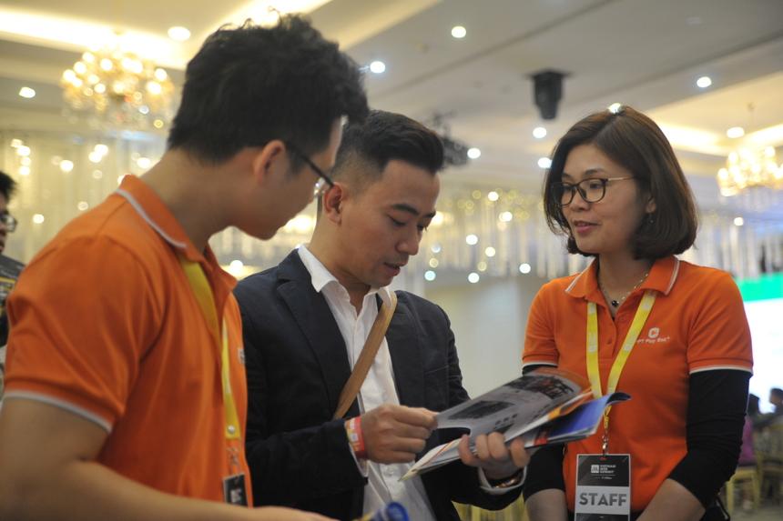 Chịu trách nhiệm chính tại gian hàng lần này, chị Nguyễn Thị Xuân - phòng dự án FPT Play chia sẻ chất lượng dịch vụ cùng các sản phẩm không ngừng đổi mới, bắt kịp xu thế công nghệ, quầy triển lãm của FPT nhận được nhiều đánh giá tích cực từ khách hàng. Với FPT Play Rogo, khách hàng đều được trải nghiệm sản phẩm ngay tại gian hàng.