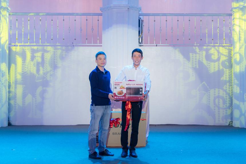 Gala Dinner cũng tổ chức chương trình bốc thăm trúng thưởng với nhiều phần thưởng có giá trị. Trong hình, anh Nguyễn Anh Đức - GĐ Vùng 1 trao thưởng cho CBNV may mắn.