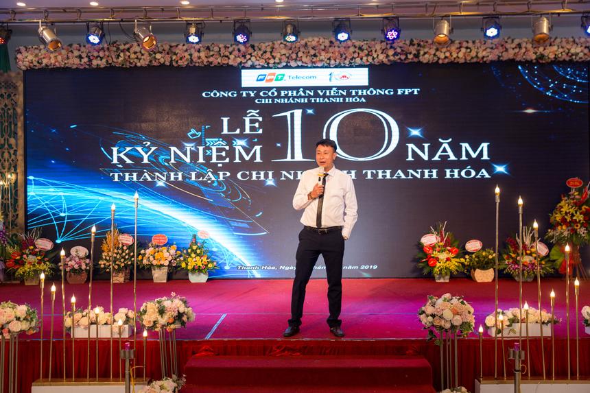 Vui mừng trong đêm Gala Dinner, anh Nguyễn Hoài Nam - GĐ FPT Telecom Thanh Hoá xúc động, đơn vị đã cùng nhau trải qua nhiều giai đoạn khó khăn, đặc biệt là thời kỳ chuyển đổi từ cáp đồng sang cáp quang. Trong năm 2019, đơn vị hoàn thành kế hoạch phát triển thuê bao trước thời hạn 39 ngày và tăng trưởng trên 130% so với năm 2018.