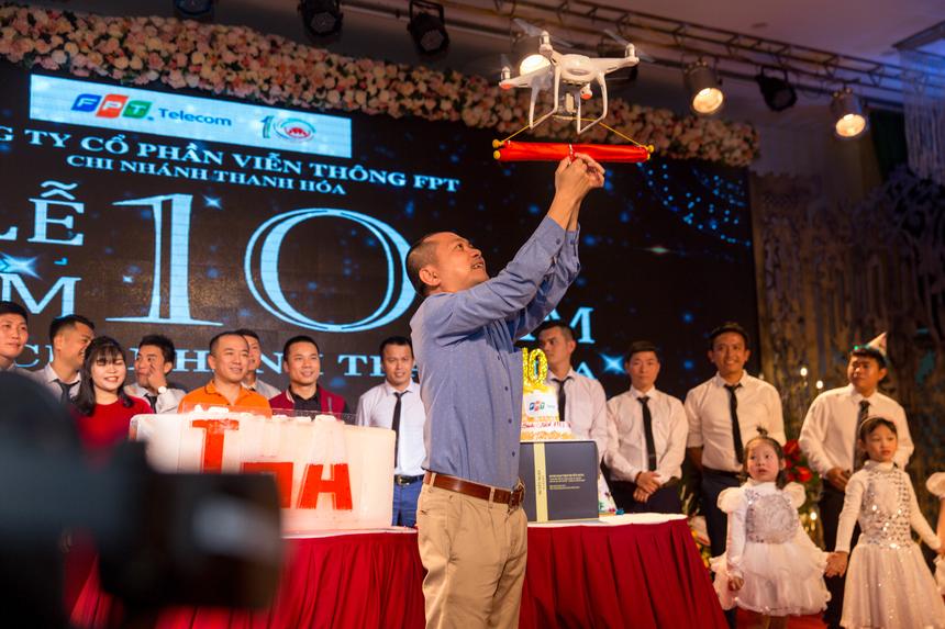 Trong bữa tiệc, Ban Điều hành và các GĐ vùng/chi nhánh cũng cùng nhau đón nhận và chúc mừng những mục tiêu OKR năm 2020 của Thanh Hoá thành công. Trong hình, anh Hoàng Trung Kiên - PTGĐ FPT Telecom đại diện đơn vị tiếp nhận mục tiêu này.