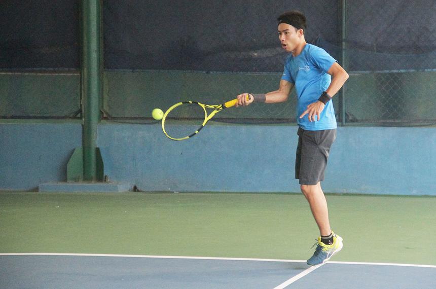 Tay vợt Minh Tuấn, FPT Software, cũng trải qua trận đấu vòng loại khó khăn. Nhưng bằng bản lĩnh và chiến thuật hợp lý, anh cùng đồng đội đã giành quyền vào bán kết.