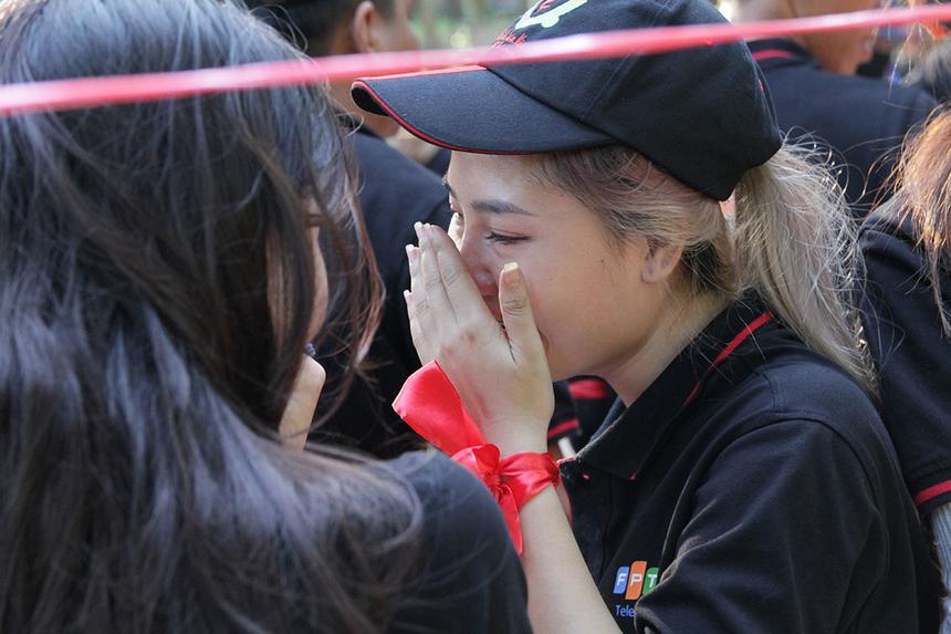 Nữ thành viên Sreyda, FPT Telecom Campuchia, bật khóc khi chứng kiến giây phút giành chiến của đội Hỏa. Theo cô, toàn đội đã chứng minh được tinh thần đoàn kết và sáng tạo để vượt qua thời điểm khó khăn nhất.