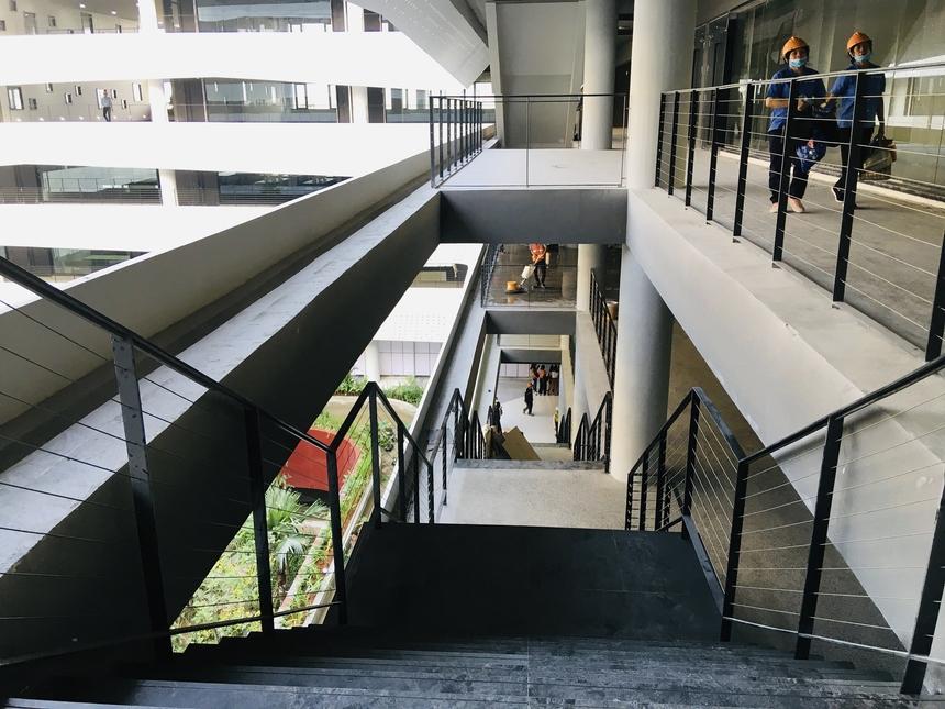 Ngoài thang máy, di chuyển để tham quan tại F-Town 3 bằng thang bộ sẽ là một trải nghiệm thú vị. Thang bộ tại F-Town 3 được xây dựng ngay sát các khoang làm việc, vừa đi vừa có thể nhìn ngắm được một phần tòa nhà.