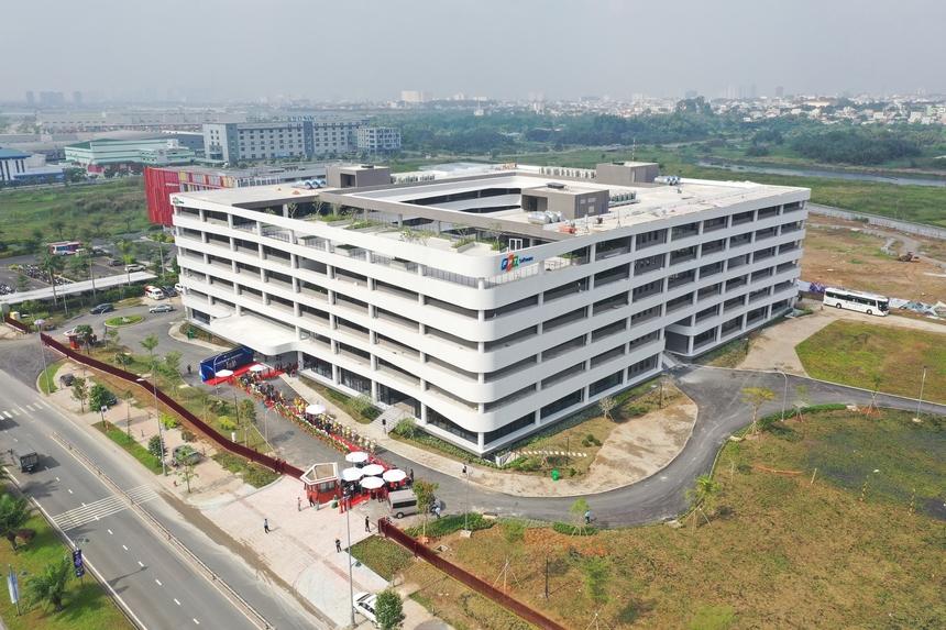 Toàn cảnh tòa nhà đầu tiên của F-Town 3.Trong giai đoạn 1, tầng G, tầng 1, 2, 3 và 6 sẽ được đưa vào hoạt động đáp ứng 1.800 chỗ ngồi. Tầng 4 và 5 sẽ được sử dụng theo sự phát triển của công ty trong những năm tiếp theo.