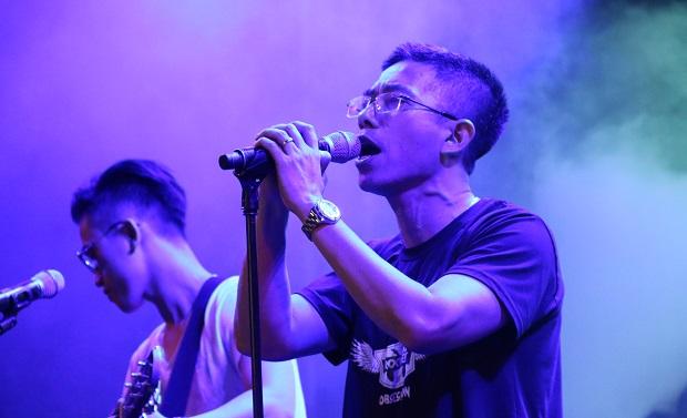 Phó TGĐ FPT Hoàng Việt Anh từng thể hiện hết mình trên sân khấu Rockfest 2017. Ảnh: Chúng Ta