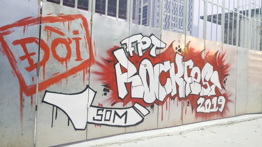 Buổi tổng duyệt Rockfest bắt đầu từ 5h chiều 19/12 tại công trường FPT Tower Phạm Văn Bạch (Hà Nội). Ngay ở bên ngoài công trường, Ban tổ chức đã thiết kế một bức graphic Rockfest 2019 đầy ấn tượng, đồng thời chỉ dẫn vào khu vực sân khấu cho người tham dự.