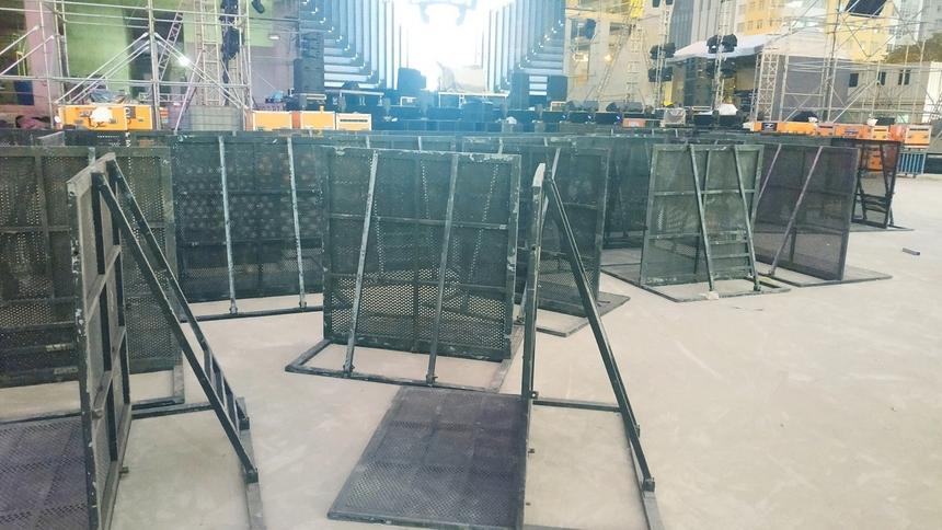 Rất nhiều hàng rào chắn được chuẩn bị sẵn sàng cho đêm nhạc. Cạnh đó, đội ngũ an ninh giám sát của chương trình gồm tới 50 nhân viên chuyên nghiệp, từng đảm nhiệm an ninh tại nhiều show diễn của các nghệ sĩ tên tuổi hàng đầu.