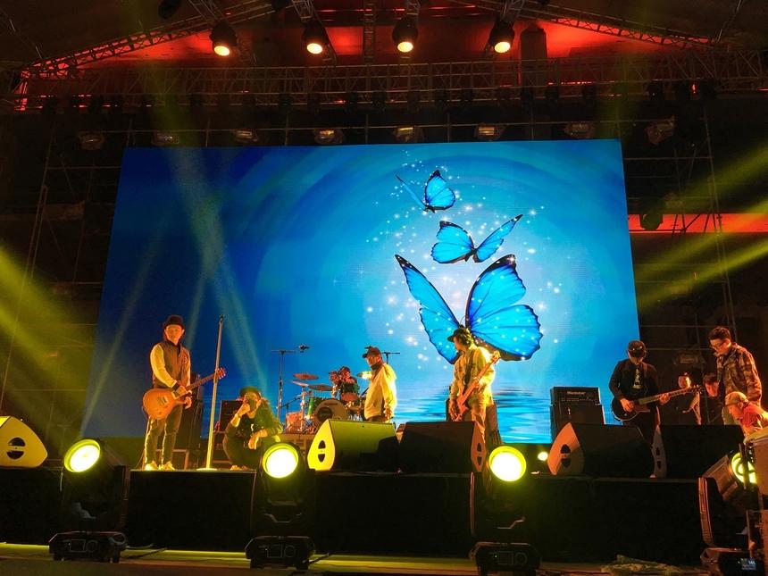 Ban nhạc iTễu và Microwave lắp đặt nhạc cụ và biểu diễn tổng duyệt lúc 19h15.