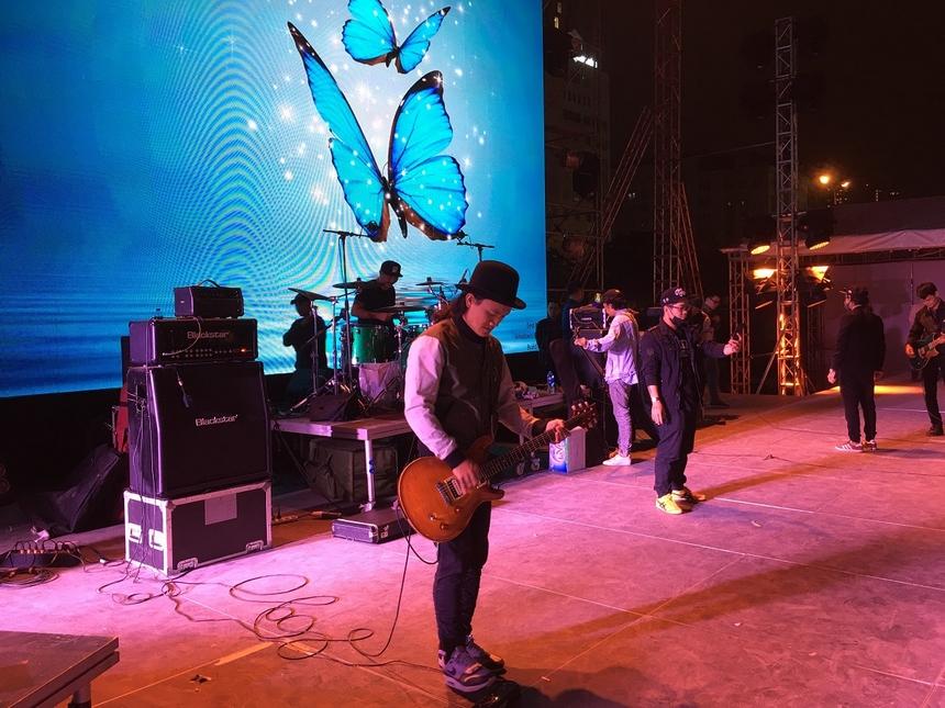 FPT Rockfest quy tụ 4 ban nhạc rock danh tiếng hàng đầu Việt Nam. Tham gia buổi tổng duyệt tối ngày 19/12 gồm có 3 nhóm nhạc: Bức Tường, iTễu, Microwave. Do có lịch ghi hình đột xuất, ban nhạc School of Rock sẽ tổng duyệt vào 16h ngày 20/12.