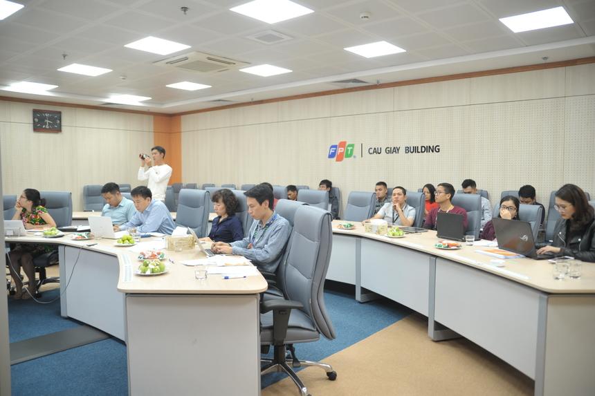 """Ngày 19/12, vòng chung khảo iKhiến số 8 đã diễn ra trực tuyến tại tầng 13, FPT Cầu Giấy, Hà Nội và tòa nhà FPT Tân Thuận (TP HCM) với sự góp mặt của 8 sáng tạo đến từ các đơn vị FPT Retail, FPT Software, FPT Telecom, FPT Online và FPT IS. Đây là vòng chung khảo có số lượng sáng tạo dự thi lớn nhất kể từ đầu mùa. 6 giám khảo ngồi """"ghế nóng"""" số này gồm: PTGĐ FPT Telecom Vũ Anh Tú, PGĐ Công nghệ FPT IS Đào Gia Hạnh, Trưởng ban CNTT Synnex FPT Đào Ngọc Anh, Viện trưởng Viện nghiên cứu Công nghệ FPT Trần Thế Trung, GĐ Ban Đảm bảo Năng lực công nghệ FPT Software Bùi Vĩnh Thắng và Tổng biên tập báo Chúng ta - chị Nguyễn Thanh Tú."""