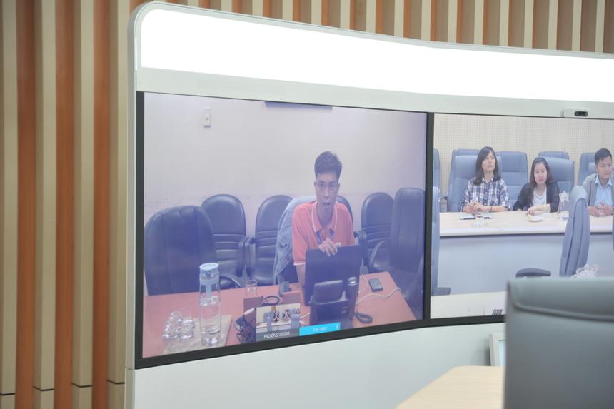 Anh Lưu Xuân Việt (FPT Online) tiếp tục với sản phẩm Công nghệ livestream của VnExpress. Với ứng dụng này, phóng viên hiện trường có thể tác nghiệp một mình thay vì phải có cả ekip hỗ trợ, chủ động tạo bài live trực tiếp trên Editor, hệ thống tự quét tốc độ mạng, nhận diện vị trí đang quay. Phóng viên đang quay có thể nhận chỉ đạo từ xa hoặc chỉ định live từ tòa soạn thông qua hệ thống.