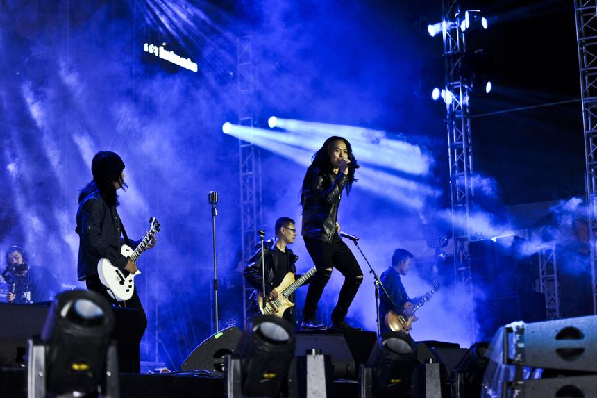 """Và cuối cùng, những chàng trai được chờ đợi nhất, những huyền thoại của Rock Việt Nam - ban nhạc Bức Tường xuất hiện bằng một cách không thể """"ngầu"""" hơn. Âm nhạc vang lên cùng hình ảnh của cố nghệ sĩ Trần Lập mang lại rất nhiều cảm xúc cho khán giả."""