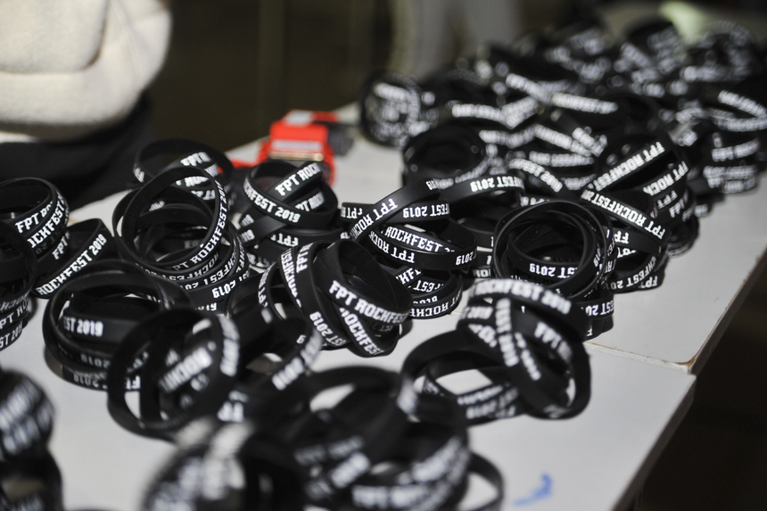 1.000 chiếc vòng tay FPT Rockfest được tặng cho những người đến sớm nhất. Đây là món quà đặc biệt của ban tổ chức cho anh em nhà F.