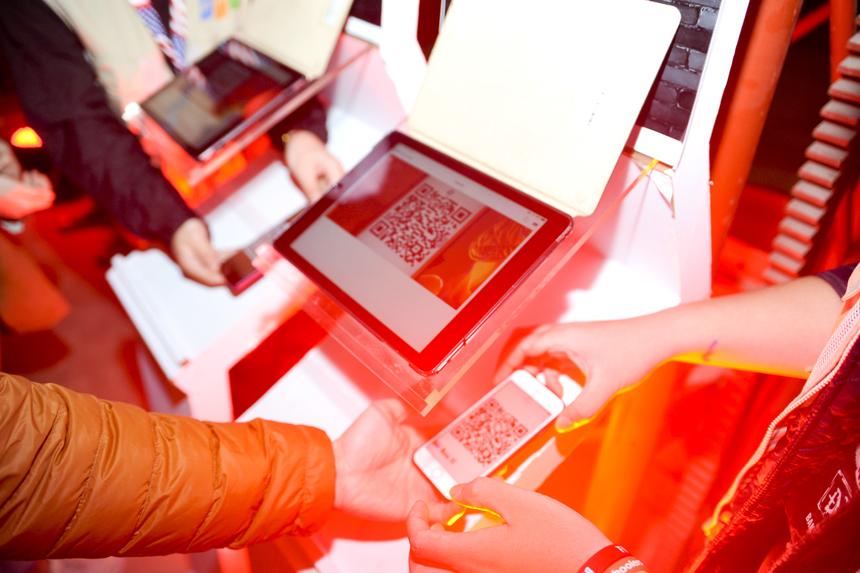 Người FPT tham dự chương trình được check-in vào cửa bằng mã QR code, điều này hạn chế lượng giấy in vé mời.