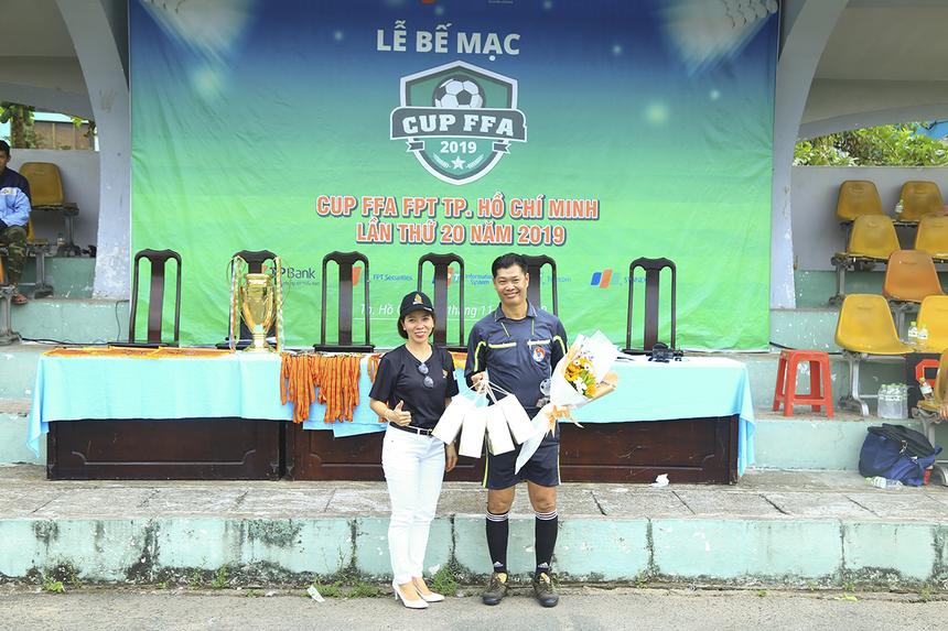 Chị Vũ Thị Vân Hải - Trưởng BTC dành lời cảm ơn cho tổ trọng tài đến từ CLB Bóng đá Công an TP HCM đã hỗ trợ BTC trong suốt thời gian giải FFA Cup diễn ra.