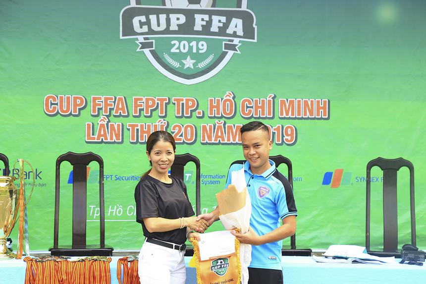 Cầu thủ số 13 Nguyễn Quang Hải của TP Bank được BTC trao danh hiệu Cầu thủ triển vọng khi được xem là phát hiện thú vị ở mùa giải này.