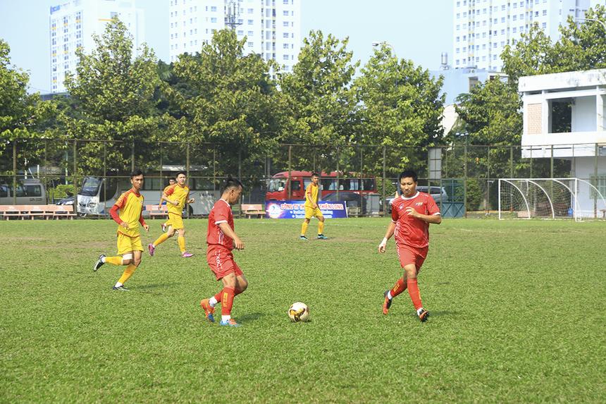 Do tính chất quan trọng của trận đấu, cả hai đội đều nhập cuộc thận trọng nhằm thăm dò đối thủ. FPT Telecom (áo đỏ) cầm bóng chắc khu vực giữa sân trong khi FPT IS (áo vàng) chủ trương phòng ngự chắc chắn và chờ đợi cơ hội phản công.