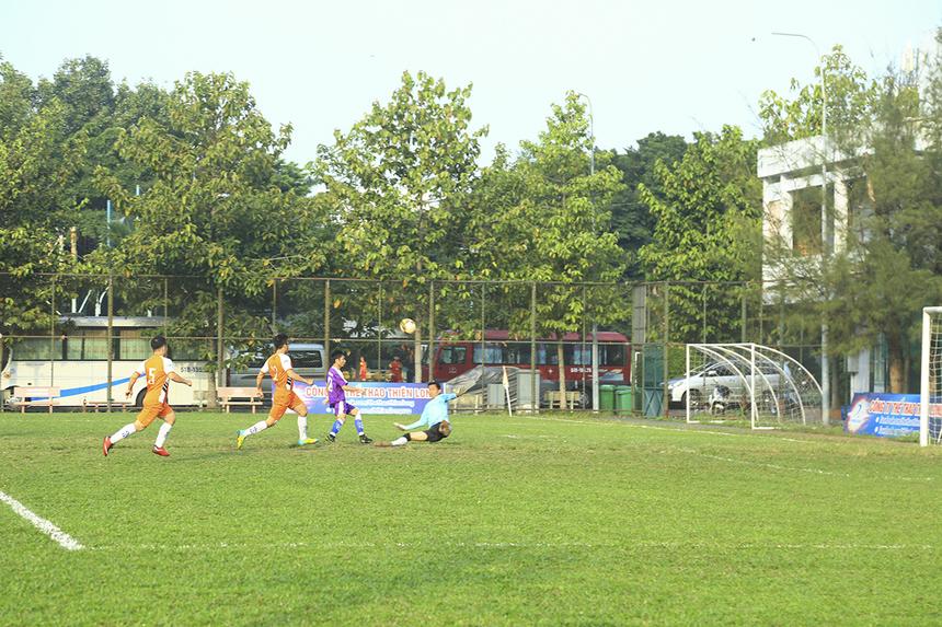 Tuy nhiên, tiền đạo Trang Anh Hào lại liên tiếp bỏ lỡ các cơ hội dù trước mặt anh chỉ còn thủ môn Lê Thế Thương và khung thành trống mênh mông.