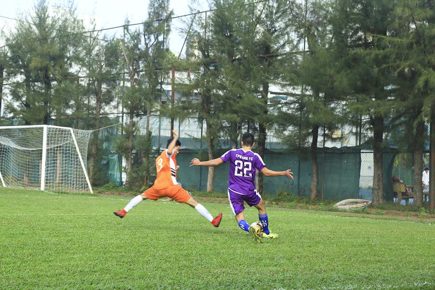 Có được bàn khai thông thế bế tắc, các cầu thủ TP Bank càng thi đấu hưng phấn. Trước khi hiệp 1 khép lại, cầu thủ Lê Thanh Được đã nâng tỷ số lên 2-0 cho đội bóng ngân hàng.