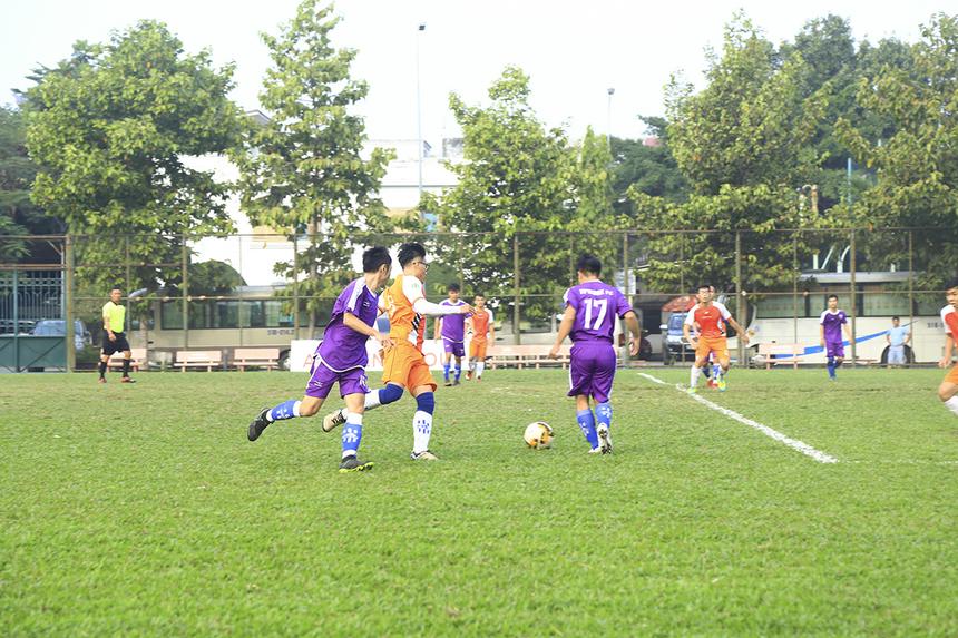 Đến lúc này các cầu thru Chứng khoán FPT dường như đã vỡ trận. Chỉ 5 phút sau bàn thua thứ 3, tỷ số đã là 4-0 nghiêng về TP Bank khi cầu thủ số 17 Lê Thanh Được có pha lập công cho mình.
