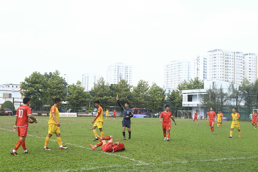 Đội bóng áo vàng cũng thi đấu rất quyết liệt, hậu quả là hai thẻ vàng của số 4 Nguyễn Đình Thắng và số 6 Võ Phước Trọng.