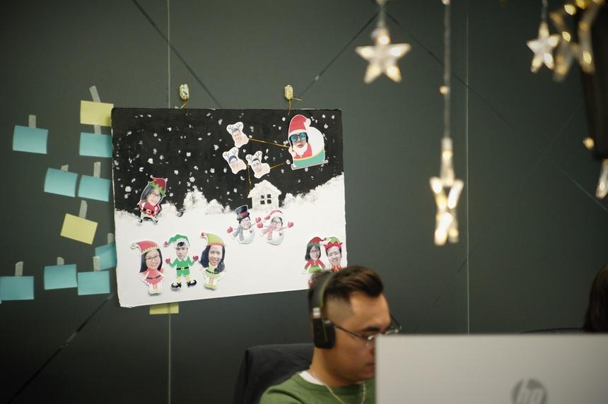 Chưa hết, người Ban Công nghệ còn thể hiện sự sáng tạo bất tận với những bức hình dán tường vui nhộn.